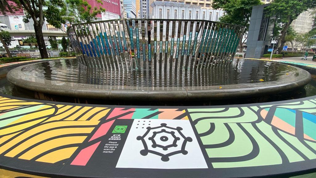《漣・輪》池邊的花紋中有特別設計的圖案供觀賞者掃描,以播放灣仔街坊的分享。