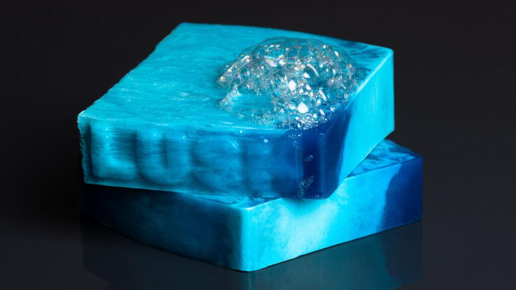 尤加利香氛皂 Outback Mate Soap HK$75 沐浴時,將尤加利香氛皂放於濕潤的肌膚上搓揉起泡,釋出的泡沫散發幽幽的檸檬草香,沁人心脾。