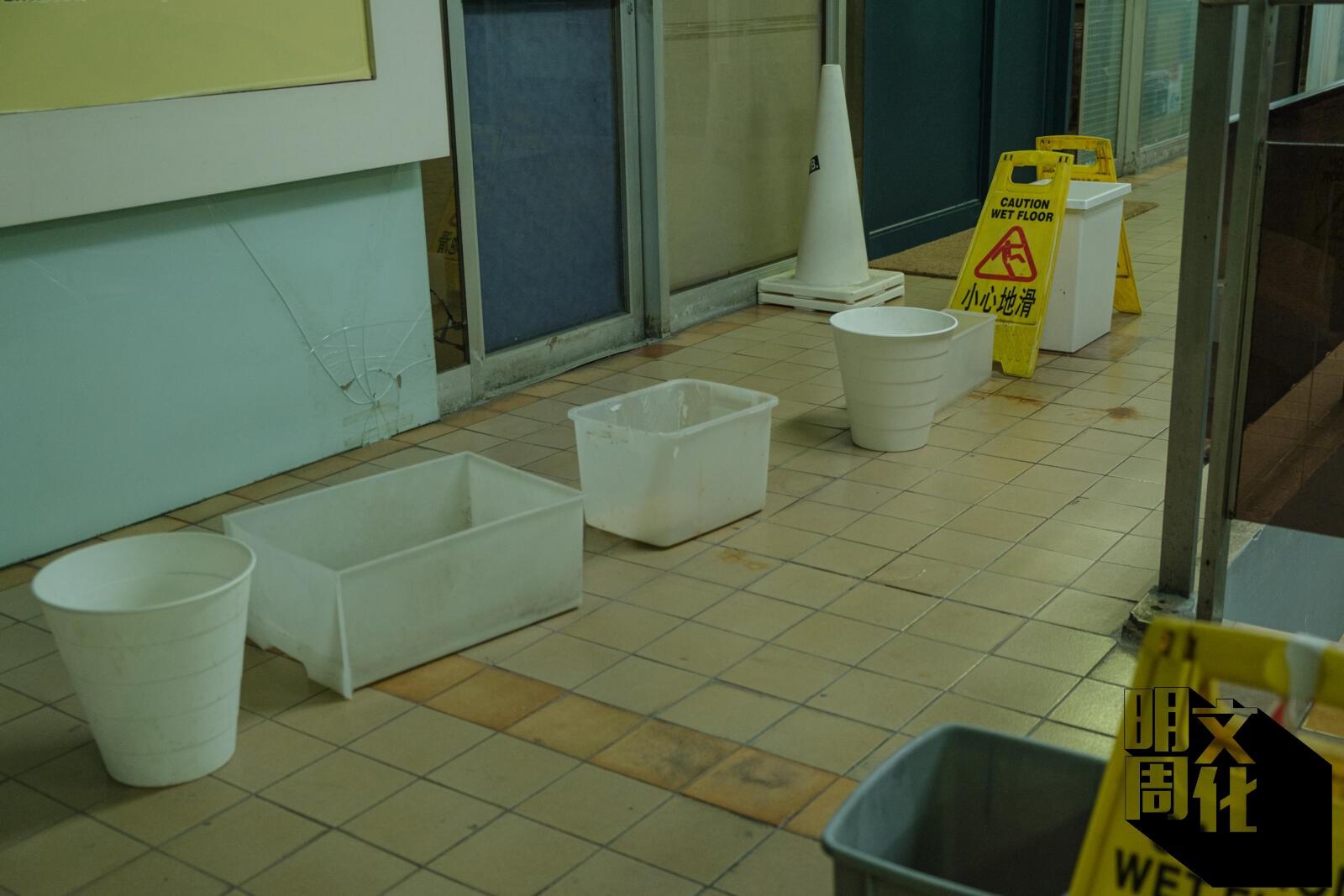 租戶在二樓放置了一個個水桶,以接住中央冷氣的倒流水。