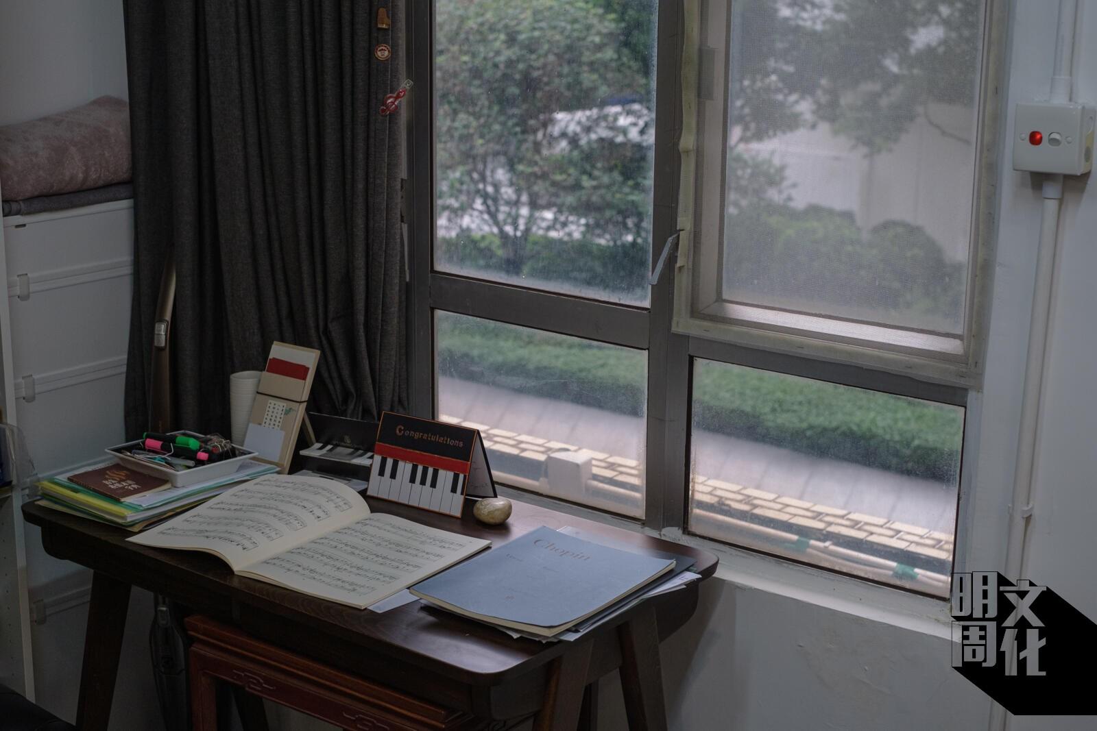 教室內對街的窗