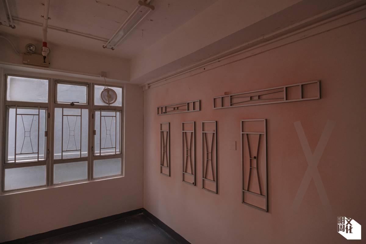 藝術家王思遨的《城中暮色》把窗框貼在牆上,又在牆上噴上日落暮色,當陽光普照時,與對窗窗框的影子互相重疊。