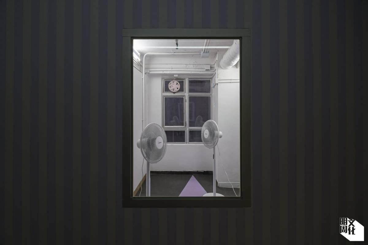 在一間無門口的小房間,周睿宏放了兩把吹向空無的風扇,作品名為《消音》。