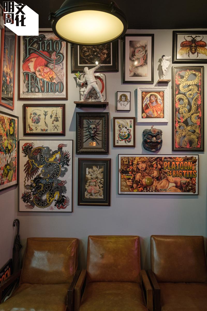 上面是架着型格紋身圖畫,下面則是舊式皮櫈,在店舖小角也可感受到新舊的共融。