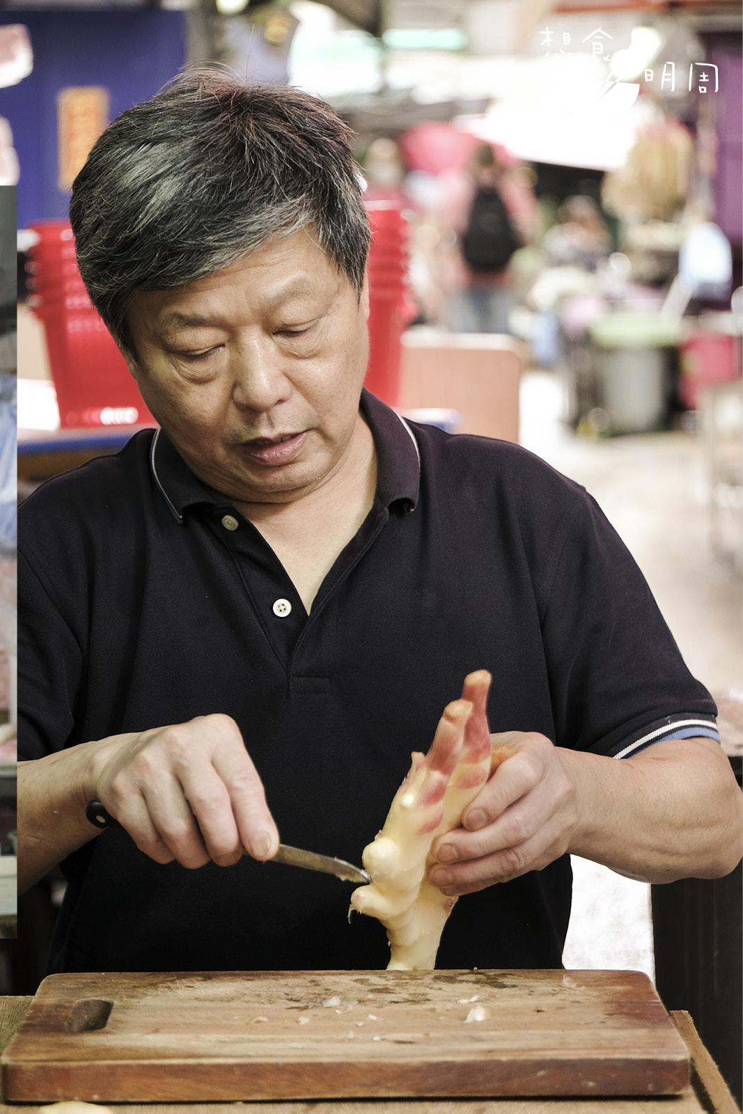 中環百年菜檔劉林記的第三代主 理人劉樹棠,每年初夏都會親自醃薑,他的子薑更被稱為「中環名物」!