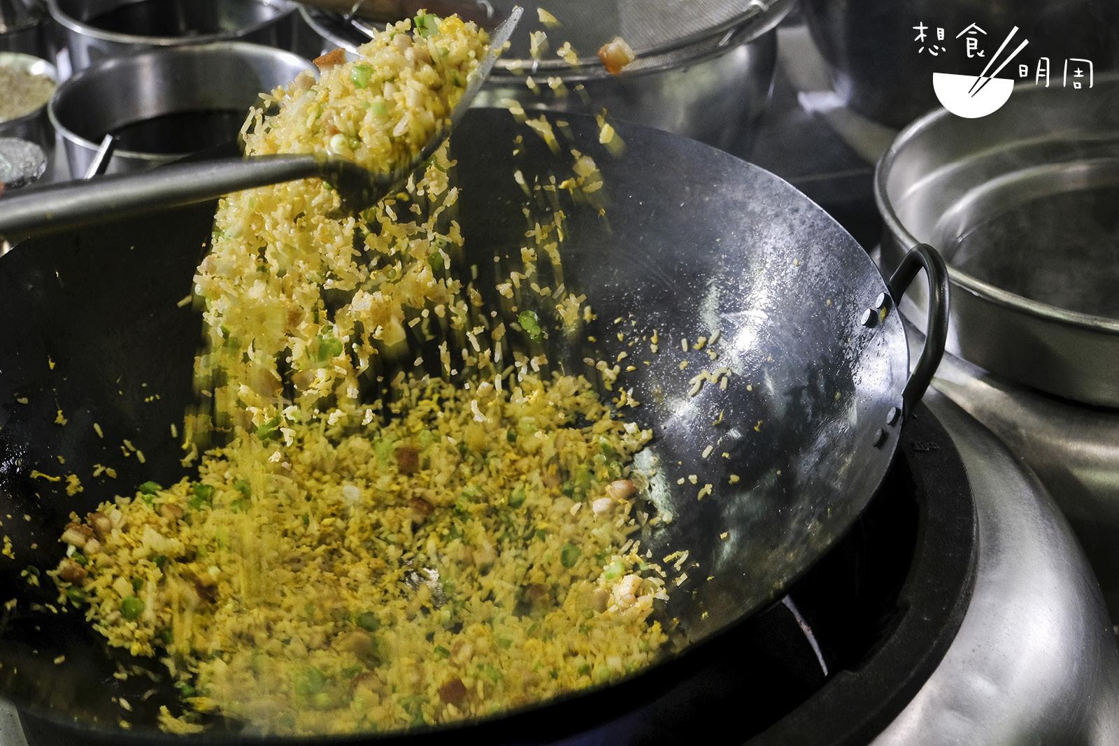 炒飯最重要的是熱鑊和熱油,只要夠熱,米粒才會「跳舞」!