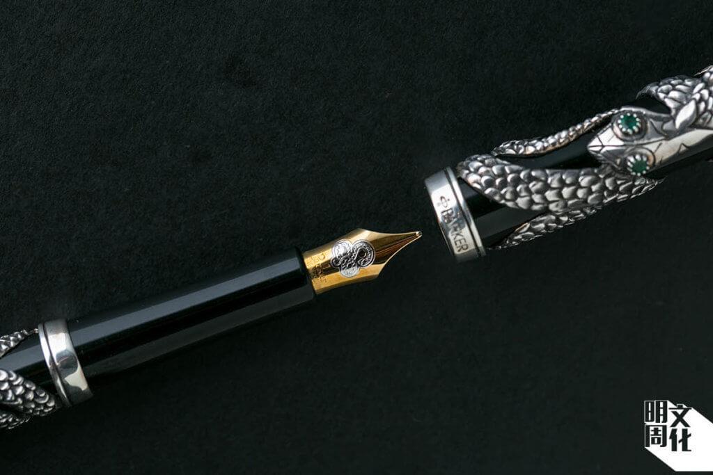 Parker Snake Pen 以純銀手工製作,蛇姿纏繞曲蜿,造型精美,加上筆尖也相應刻上蛇形圖案。