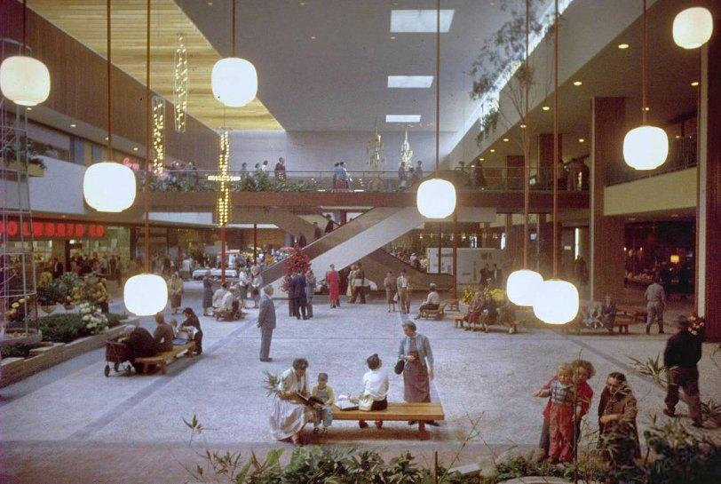 商場打造了舒適又方便的購物體驗,但想像當人們所有的日常生活在被困在商場內,社區將失去原有的味道和價值。圖為Southdale Center的老照片。(網上圖片)