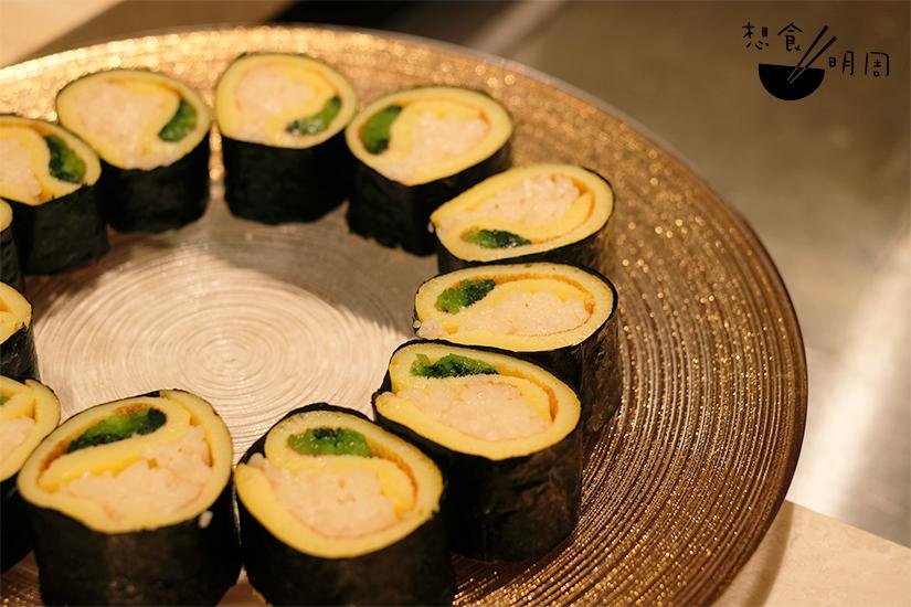 捲好蛋皮之後再以紫菜捲多一層,然後切件,逐件分發予食客。