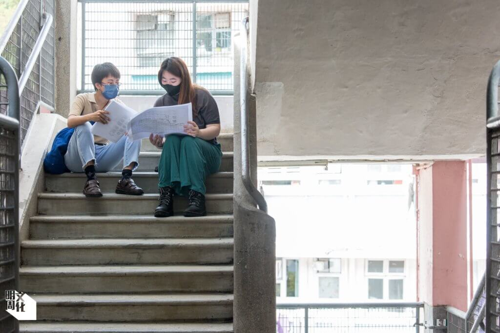 城市日記「同話漁光村」項目統籌張琬婷(右),手繪建築圖的區芷綾(左)