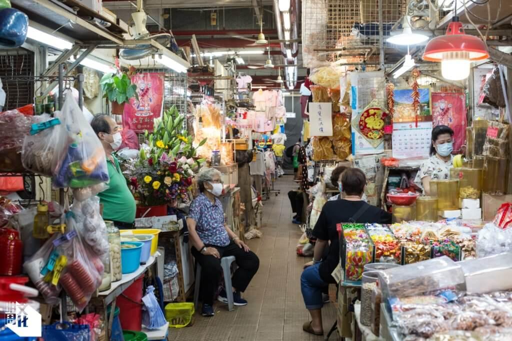 街市內,街坊店主打牙骹過日晨。