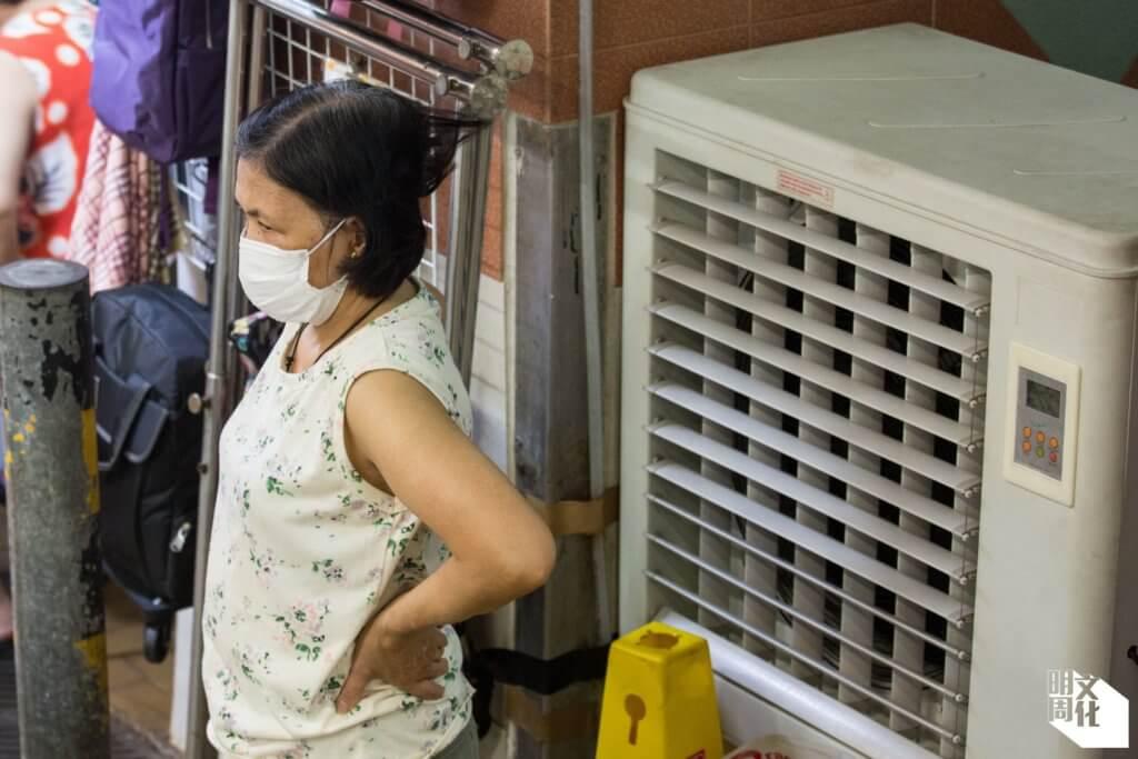 每逢夏天,沒有冷氣的香港仔街市酷熱難當,許多商戶街坊都想街市安裝冷氣。