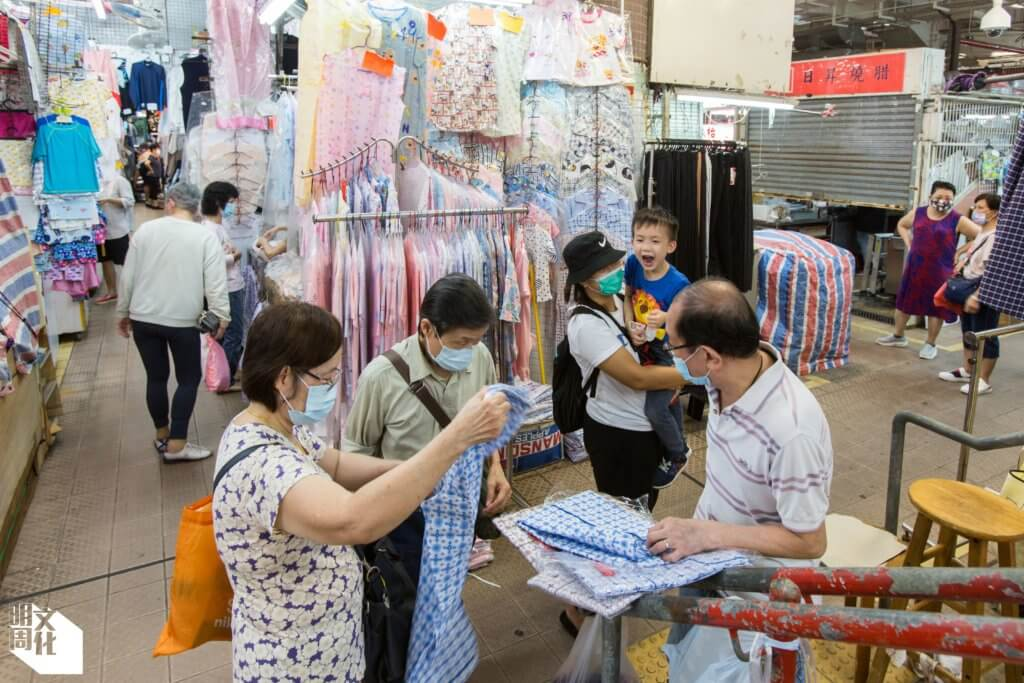 香港仔街市照顧基層生活,由糧食、衣裳到家品雜貨一應俱全。