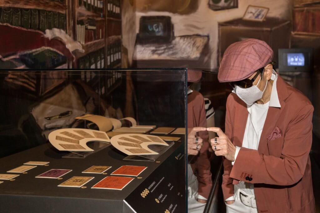 源女士收藏太平戲院的文物多年,過去倒未有機會好好欣賞。