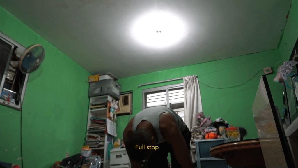 香港人權藝術獎 2021 冠軍 李羲樺,《綠色的牆》:描繪一個斯里蘭卡家庭在庇護申請被拒後,在香港面對的困境。 他的錄影作品借用了後期製作中的綠幕技術來引發觀眾思考,場景對比錄像中所朗誦的詩歌— 《Seasons of Trees》和家庭被動僵滯的處境,希望觀眾能體會流離失所者無休止的掙扎—一種 在希望與失望、自由與禁錮之間撕裂的生活。