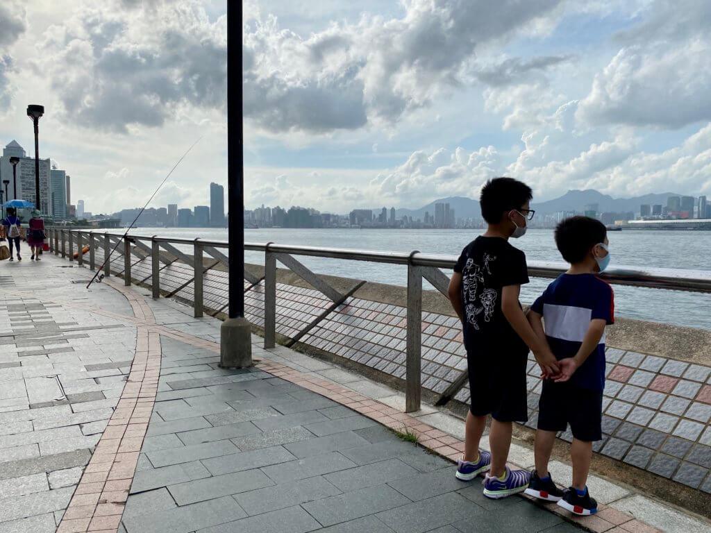 小人兒們望大海(攝於 2021年7月1日)