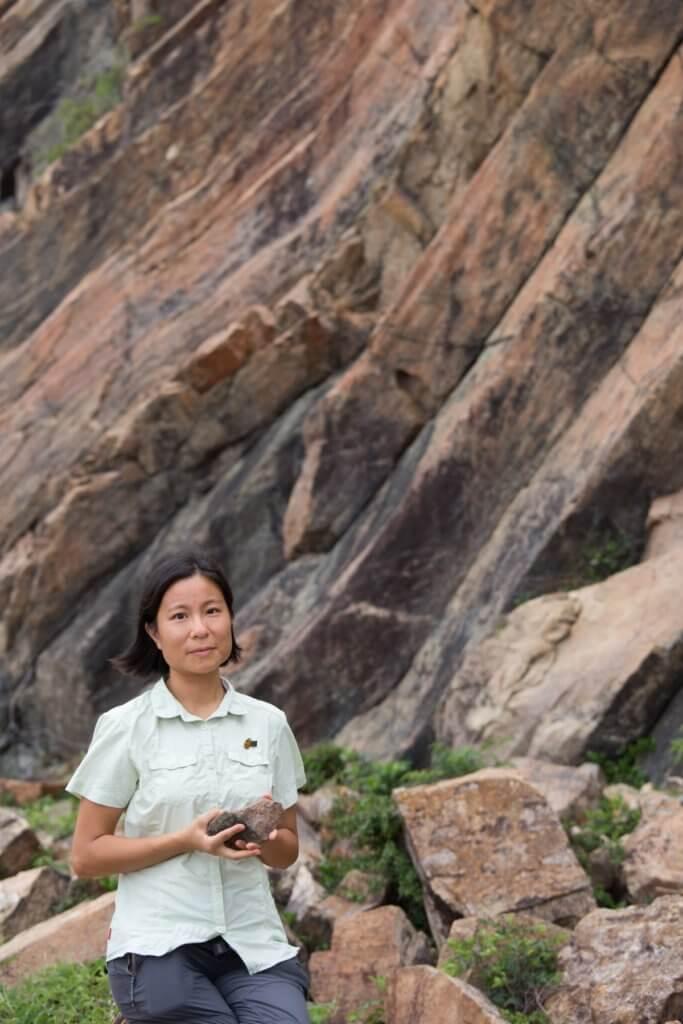署理高級地質公園主任陳羽嵐指身後的六角形岩柱,其覆蓋面積和高度比外國的要大,在全世界是十分罕有的。