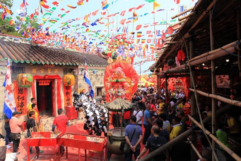 滘西村每年均籌辦洪聖誕,除了上演神功戲,亦會舉行花炮抽籤儀式。