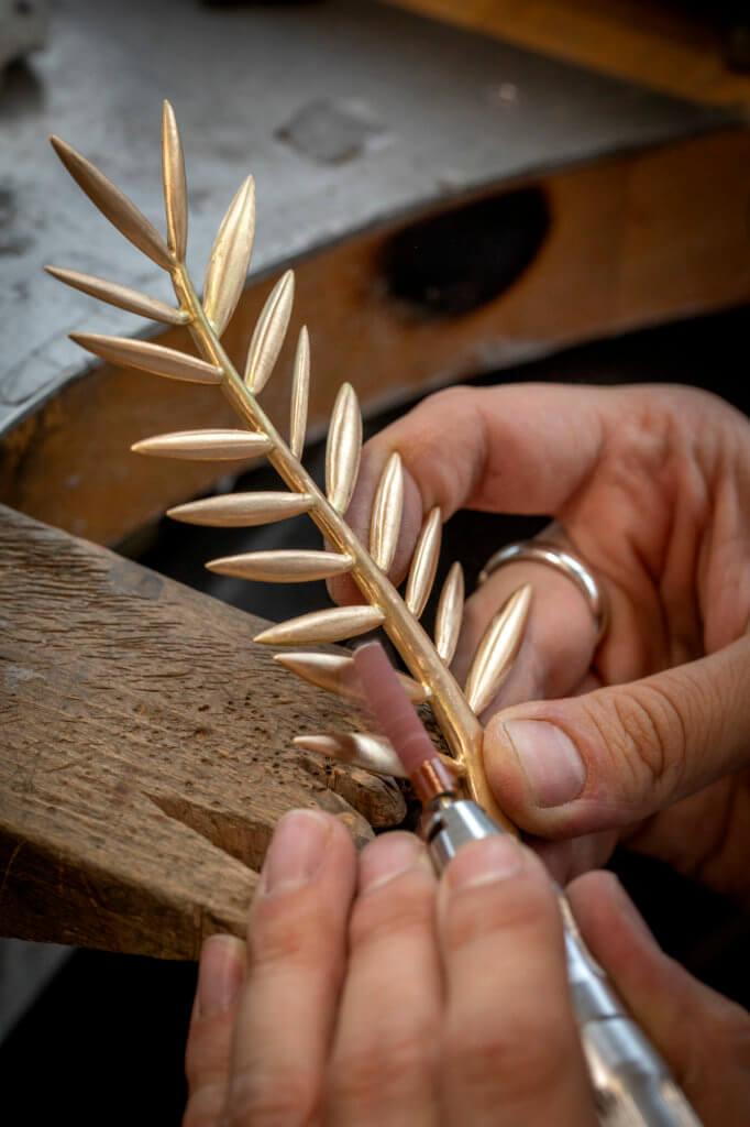 蕭邦高級珠寶工作坊工藝師製作每個金棕櫚獎,需要四十個工時才完成。