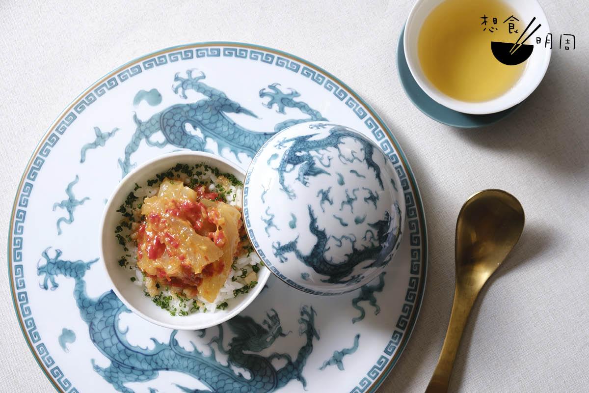 在「龍吟雲起」系列中,有一款名為「大圓滿」的小瓷器,以常見於中國、日本的香膏小盒為靈感,既有古雅之美,保溫性能亦佳。Vicky現時用作盛裝剁椒花膠飯,香氣、滋味由始至終均不變。