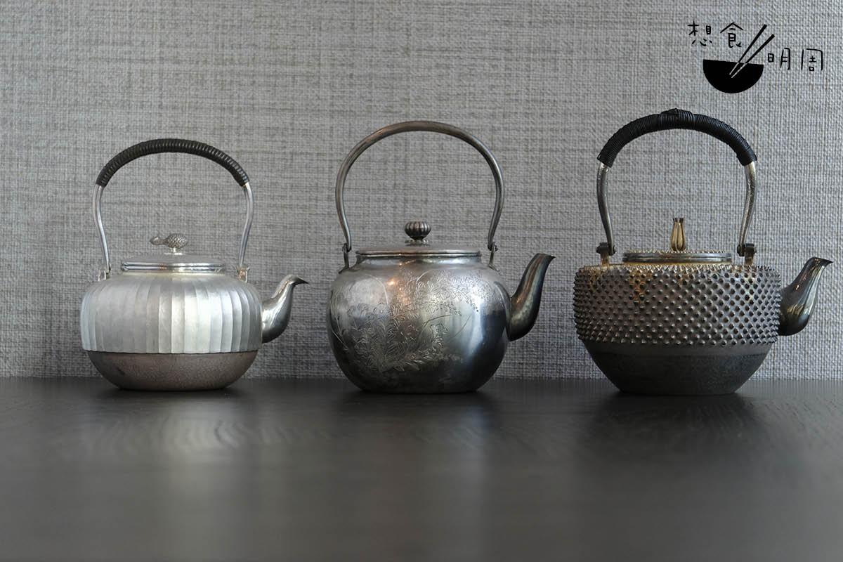 愛茶之人總愛分享。在這家新餐廳,女主人Wing把近年在國內、日本等地搜羅的特色茶具放於店中,包括這一系列的日本製手工銀壺。