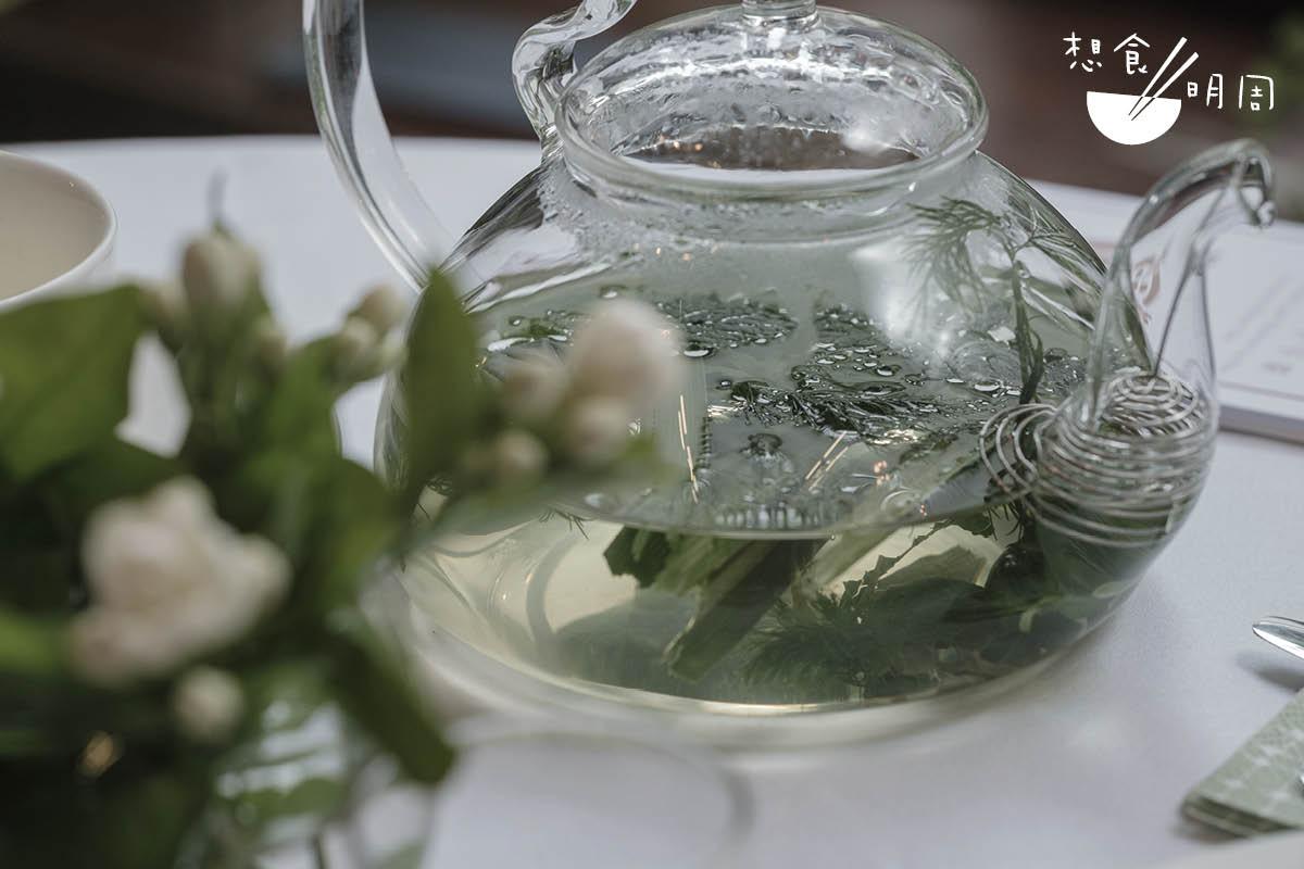由Benny親手調配的甜草茶,用上斑蘭葉及多款自家天台種植的新鮮香草沖成,香甜醒神。