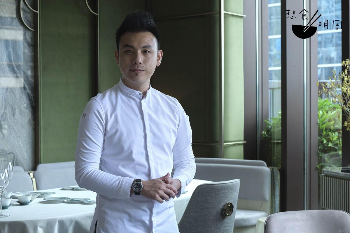 做現代法菜出身的鄭永麒(Vicky),不諱言說自己是敬重傳統的人,並早於經營VEA Restaurant時,晚上為熟客好友製作煲仔飯、脆皮雞等作宵夜。
