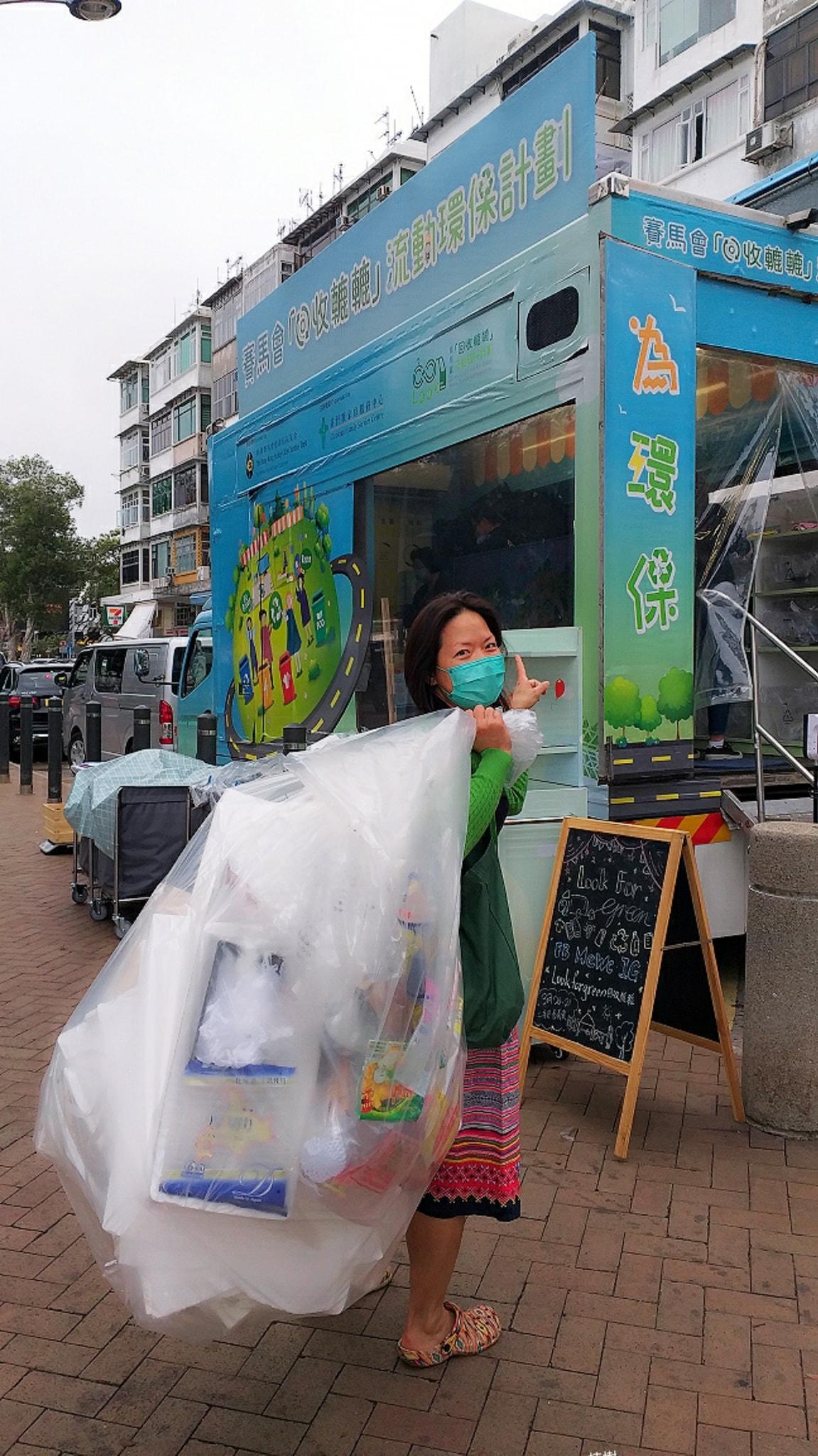 逢星期日,「回收轆轆」流動環保車都會來到西貢,Kitti不時都會帶着一大袋回收品過去。