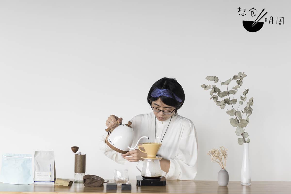 咖啡導師楊樂泓(Cecilia)對各種新出咖啡產品均感興趣,並願意入手一試性能。
