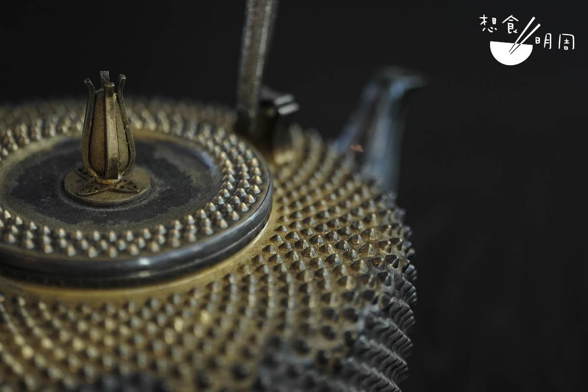 這個日本霰紋銀壺堪為鎮店之寶,售價為$258,900,謹此一個。