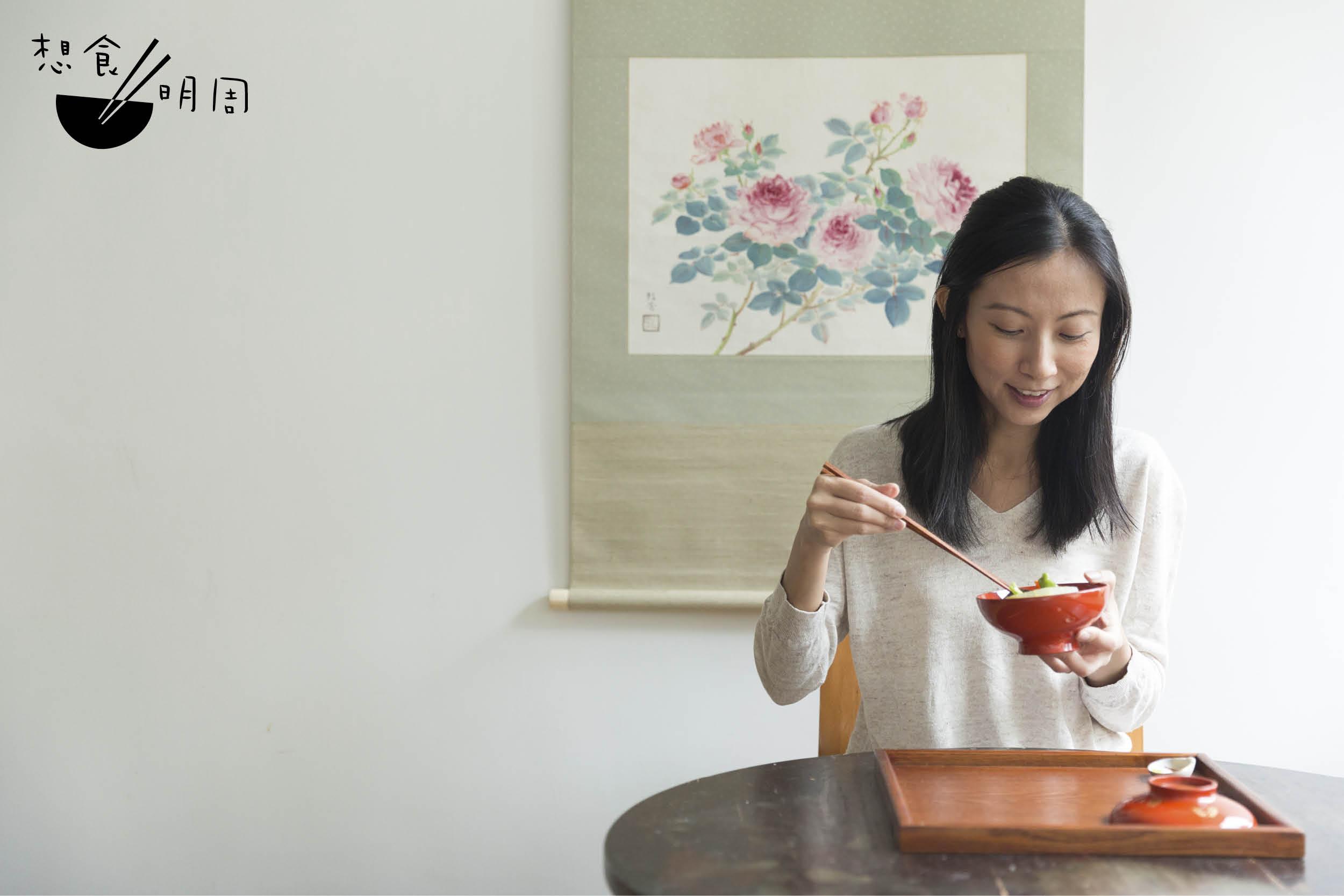 何穎怡(岸本太太,洋名:Wing)早年因緣認識食養料理的自然飲食法,經多年研習及進修後,整理出個人心得,透過開班講學分享理論及料理方式。