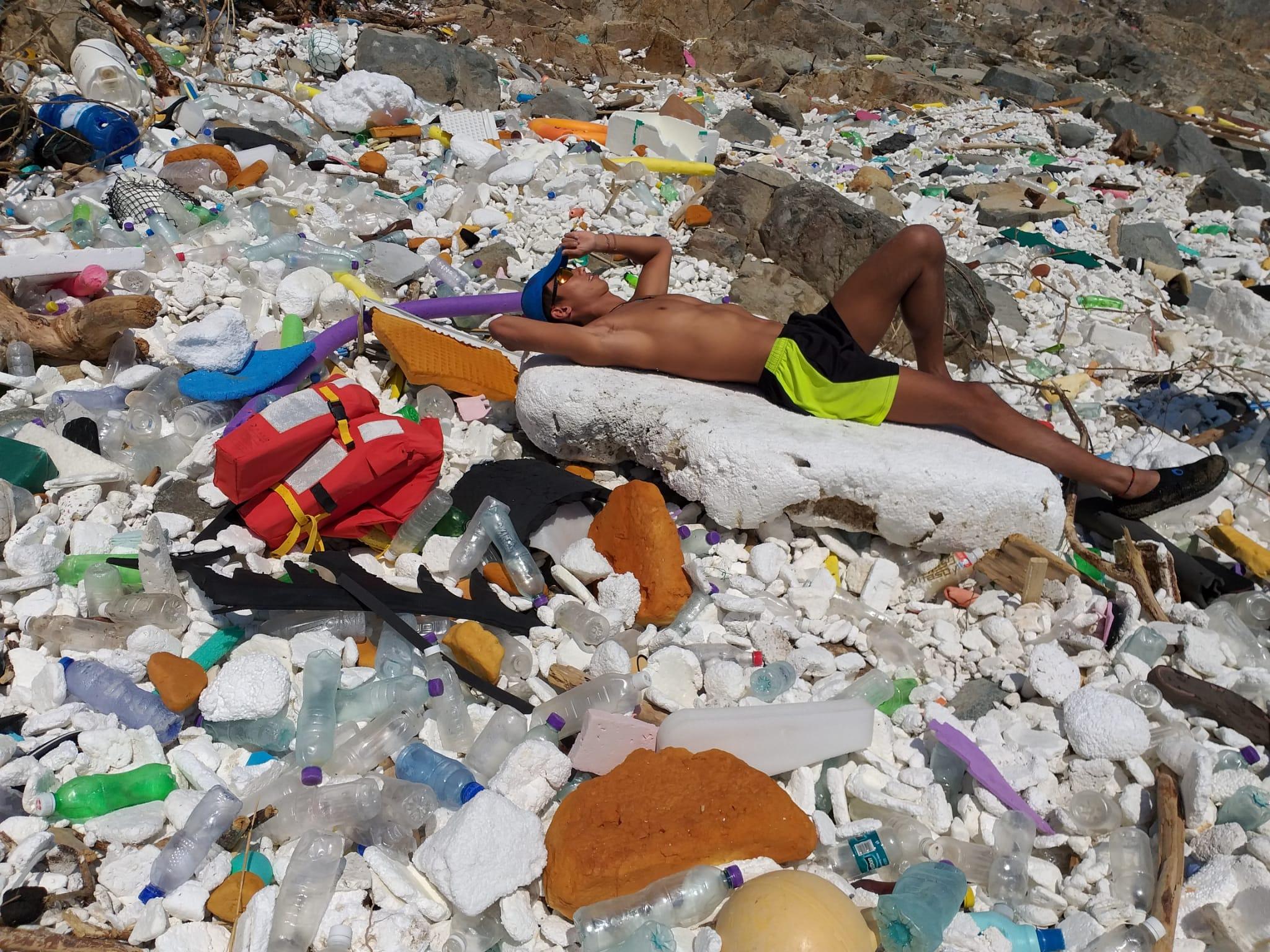 颱風山竹來襲時,把大量叢林塑膠吹到沙灘,當中更有一塊可供人躺臥。