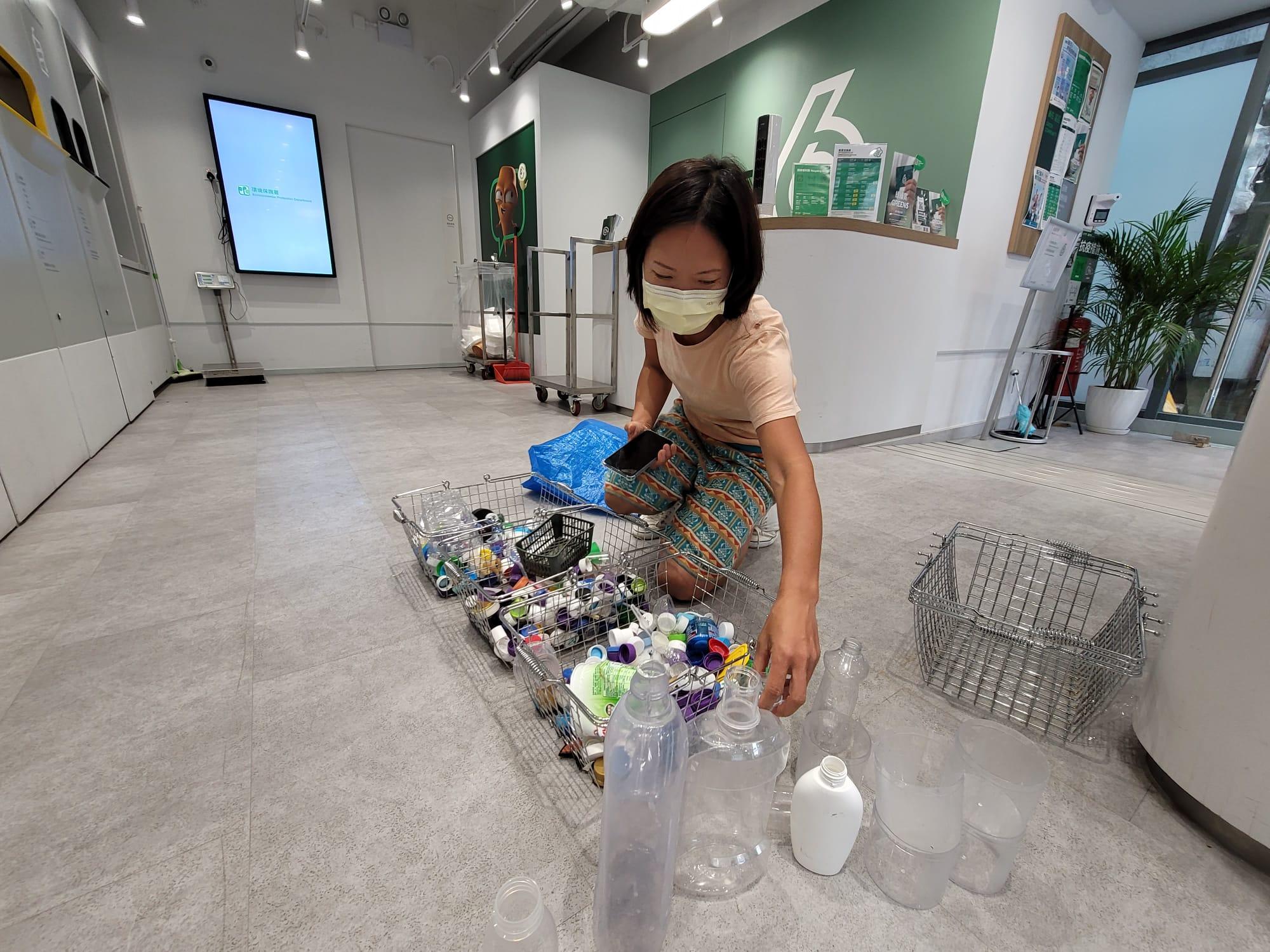 Kitti有時到九龍灣上班前,會到綠在區區做回收。