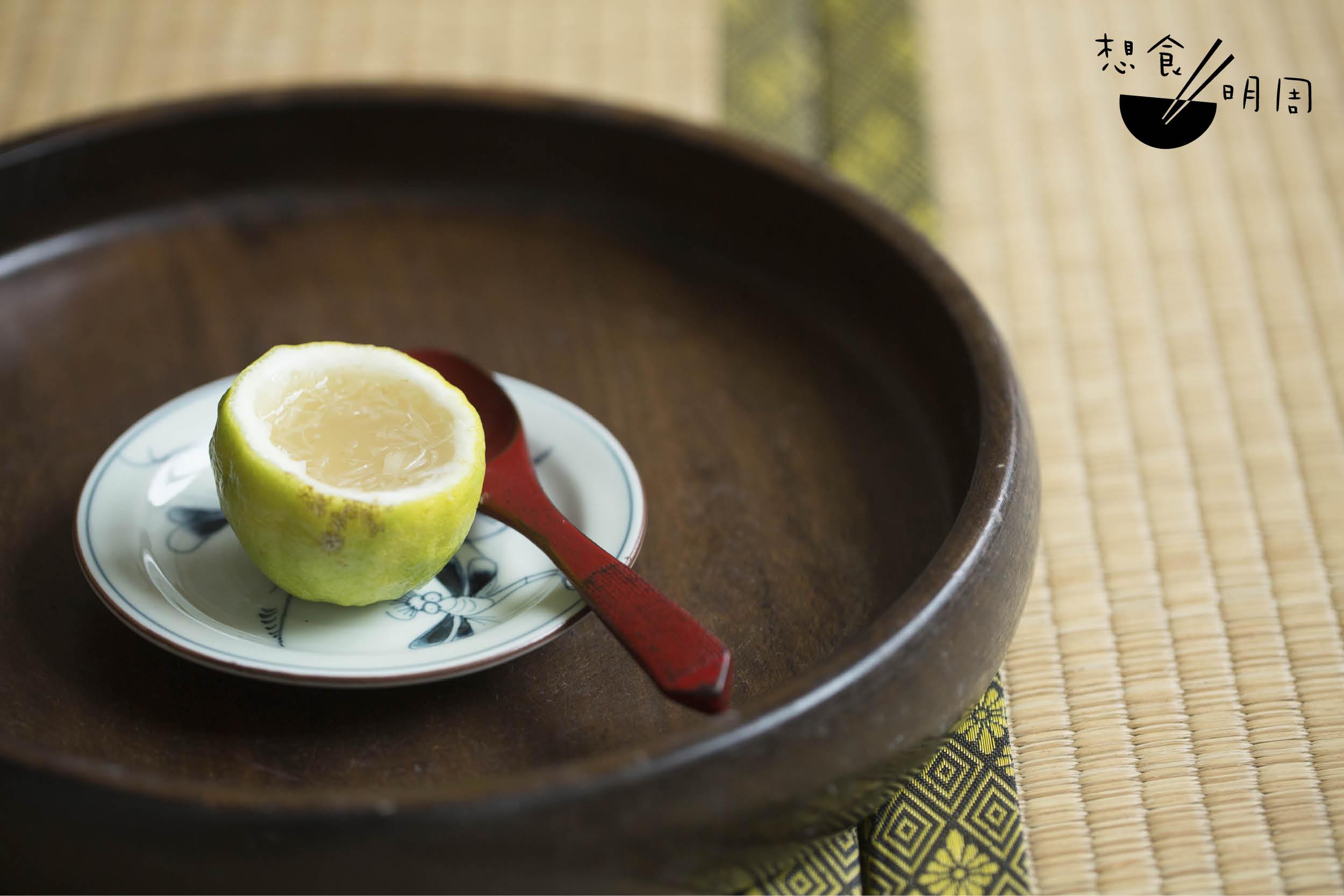 香水檸檬寒天凍 // 岸本太太提醒,由於酸性物質會減低寒天的凝固力,水量需要比平日略減。今次她就以四百毫升水煮溶寒天,調得稍為 濃稠,然後加入一百毫升鮮榨檸汁,最後按個人喜好加糖。