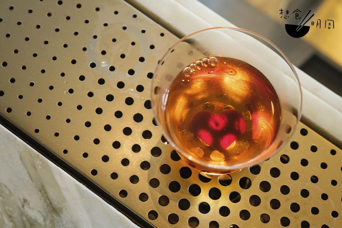 Red Rock Sazerac// 代表「咖啡」原始風味的雞尾酒,用干邑、苦艾酒、埃塞俄比亞咖啡生豆、結晶糖等調成,並綴以心形紅菜頭片,酒體飽滿且充滿朱古力勁。($140)