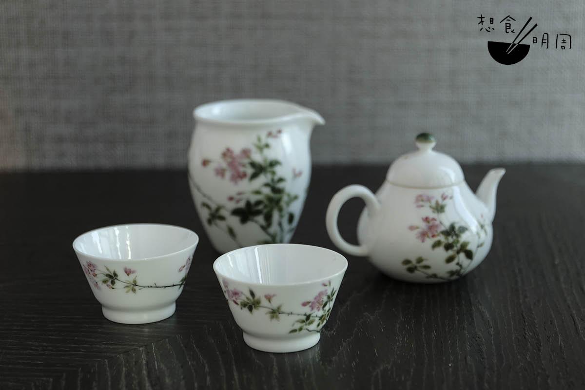 Wing認為,熱茶的最佳飲用溫度為攝氏55度至65度;用薄胎白瓷小杯奉茶,能加快降溫,盡快讓熱茶降至合適的飲用溫度。