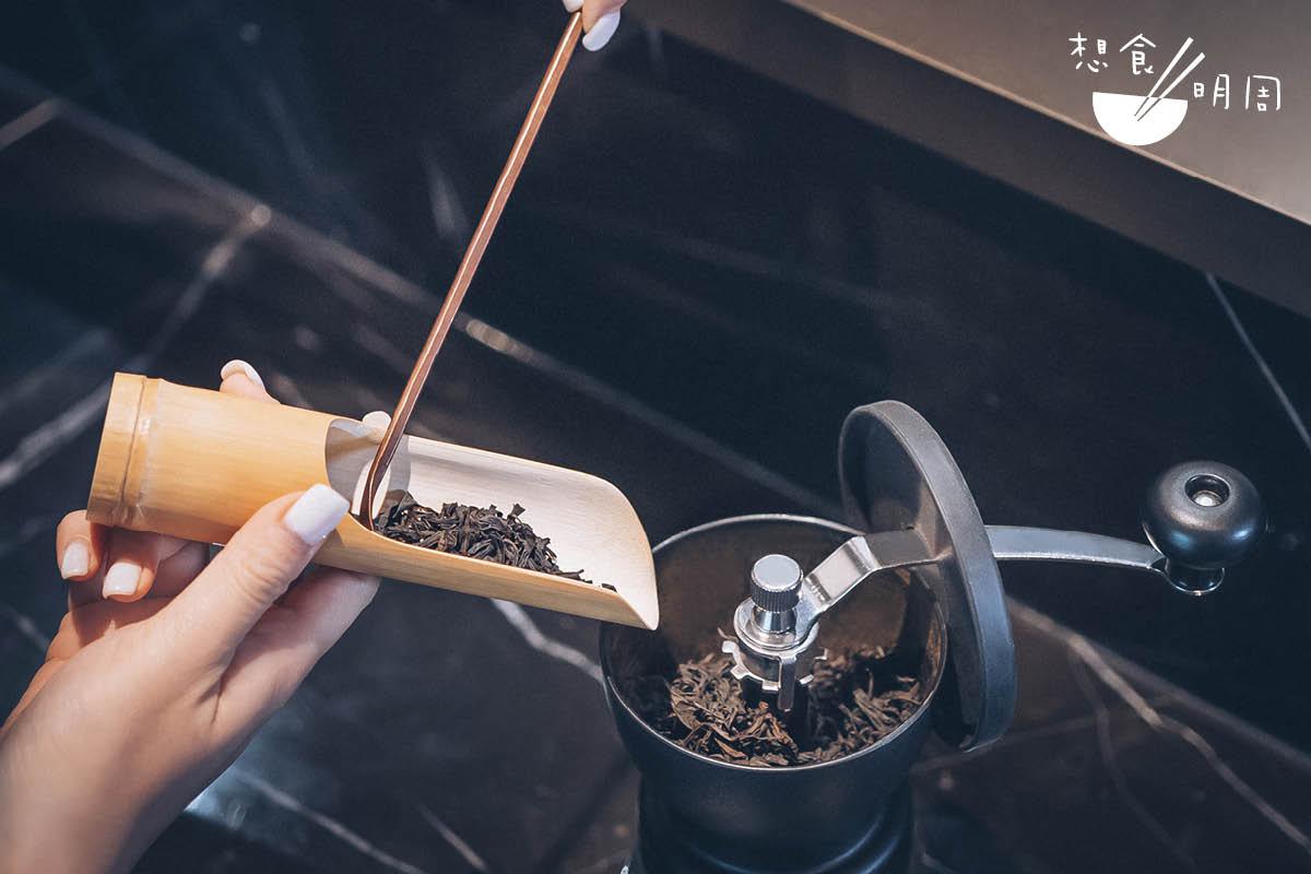 坊間做冰滴茶,多用原塊茶葉作萃取,但Wing卻想出用手搖磨豆機切細,「這樣能增加表面積,萃取更完整。」