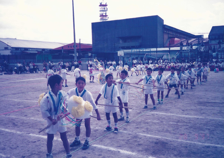 他在日本學校的運動會上留影。