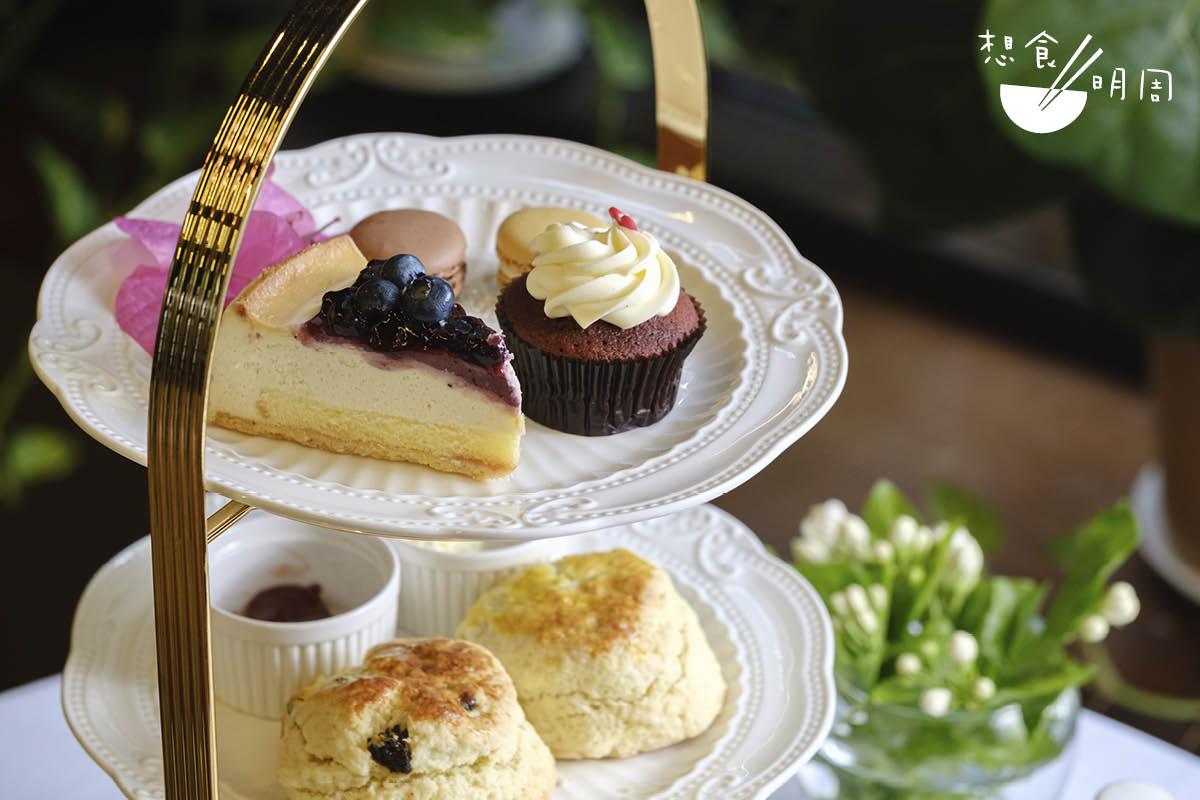 韓素音餐//以甜點為主的三層架,有藍莓芝士蛋糕、紅絲絨杯子蛋糕、馬卡龍、鬆餅等,適合與閨蜜共享。($238/位、$408/兩位)