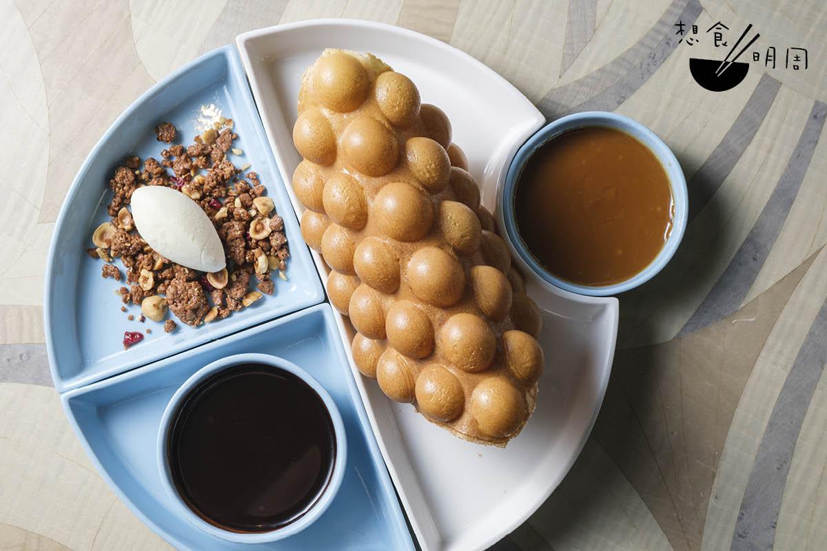 Hong Kong Egg Waffle//佐酒甜吃均由酒店糕點主廚Ringo Chan主理。他以comfort food 為概念,認為讓人可邊聊邊用手搣來吃的雞蛋仔最是合適。蛋漿用本地雞蛋調成,即叫即烤,配花椒朱古力汁、日本豉汁焦糖汁,以及煉奶雪糕及榛子燕麥。($80)