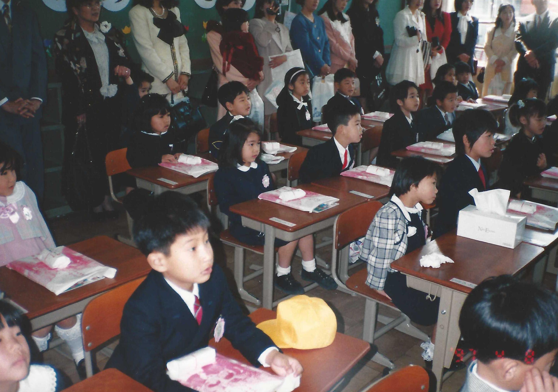 小學首天開學日,柳為左下角的男孩。