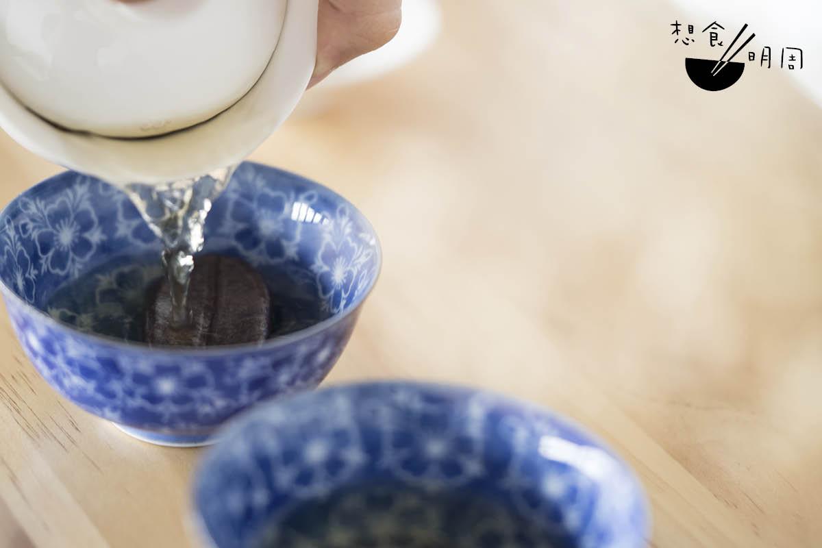 再倒進預先放了珈琲玉的茶杯中。