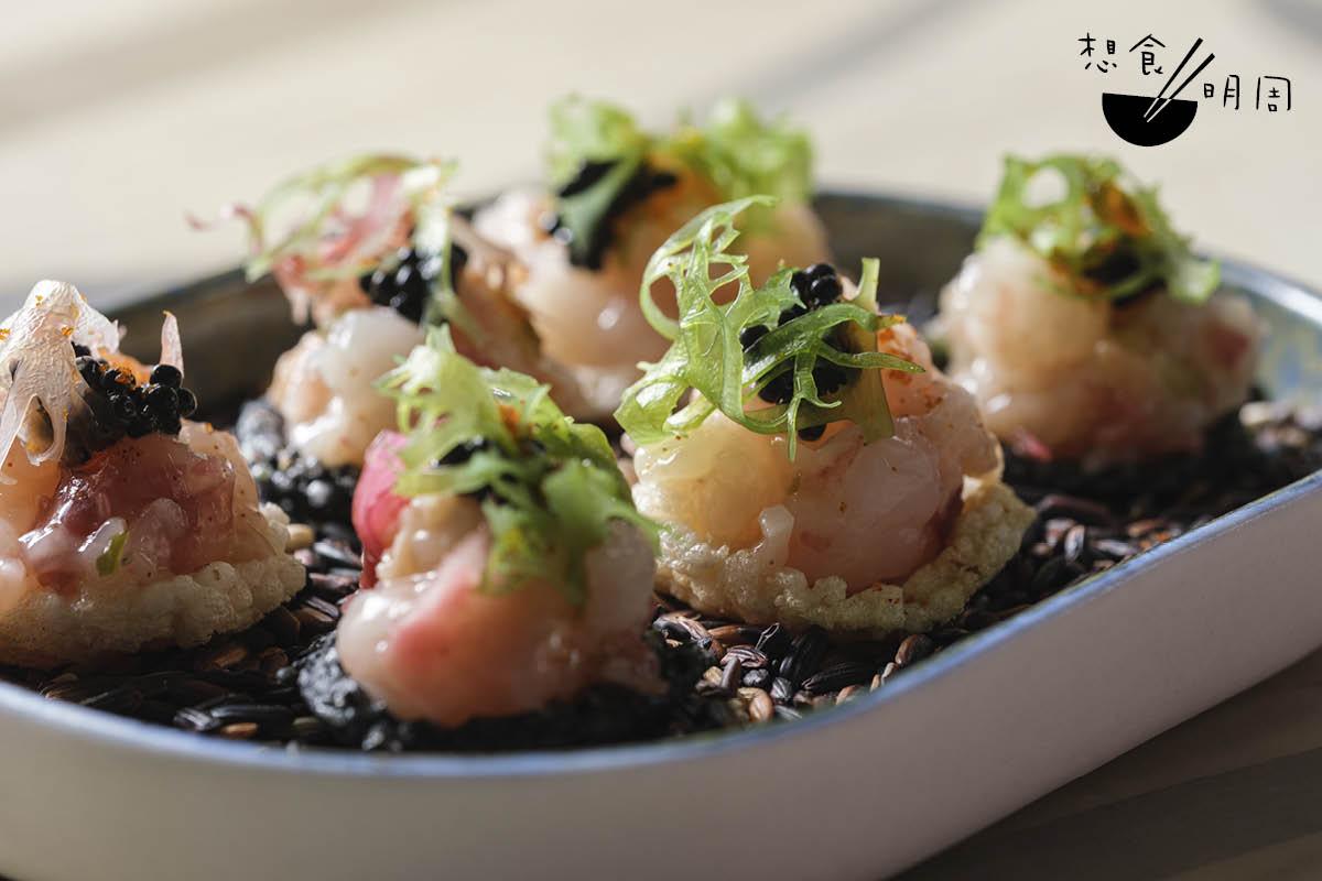 Carabinero tartare//鹹點小吃由酒店副行政總廚Gary Chan負責。原味及竹炭野米米通,盛載西班牙紅蝦他他、希靈魚籽、龍蝦油、蟹籽粉等,鹹鮮滋味。($238)