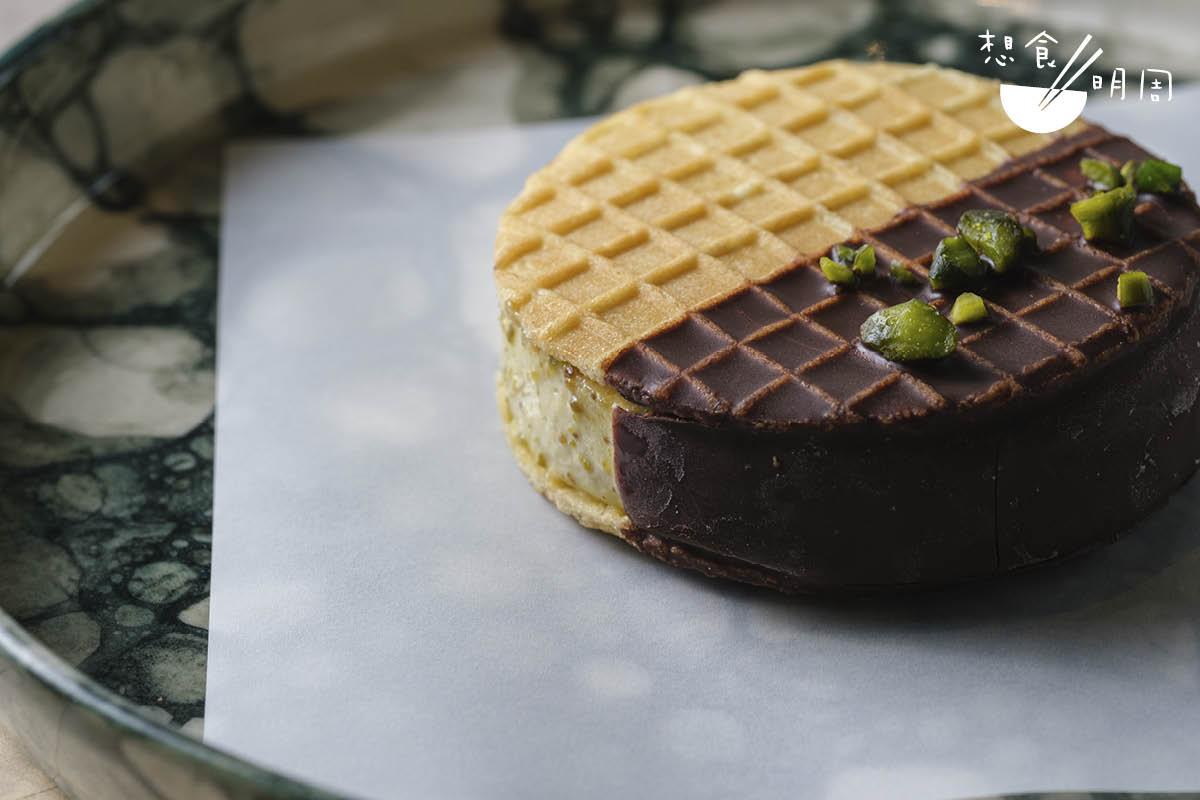 Ice cream sandwich//即雪糕三文治,兩塊荷蘭窩夫餅夾着自家製西西里開心果意式Gelato雪糕。三文治有一半蘸上70%黑朱古力漿。($80)