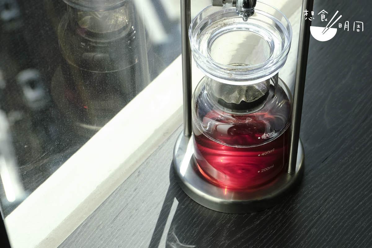 做出風味變化豐富的冰滴茶,Wing說需要耐心試驗,為每款茶葉找出最佳流速、茶水比例、滴漏、靜置時間等。