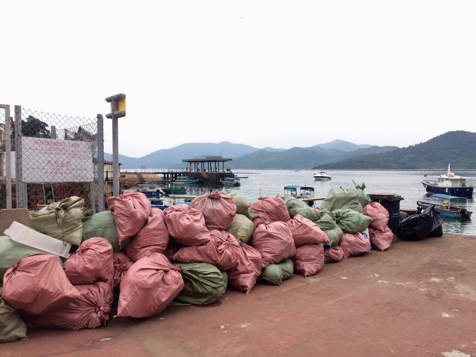 去年四月,Kitti帶着義工一連三天到塔門,最後清出大量垃圾。