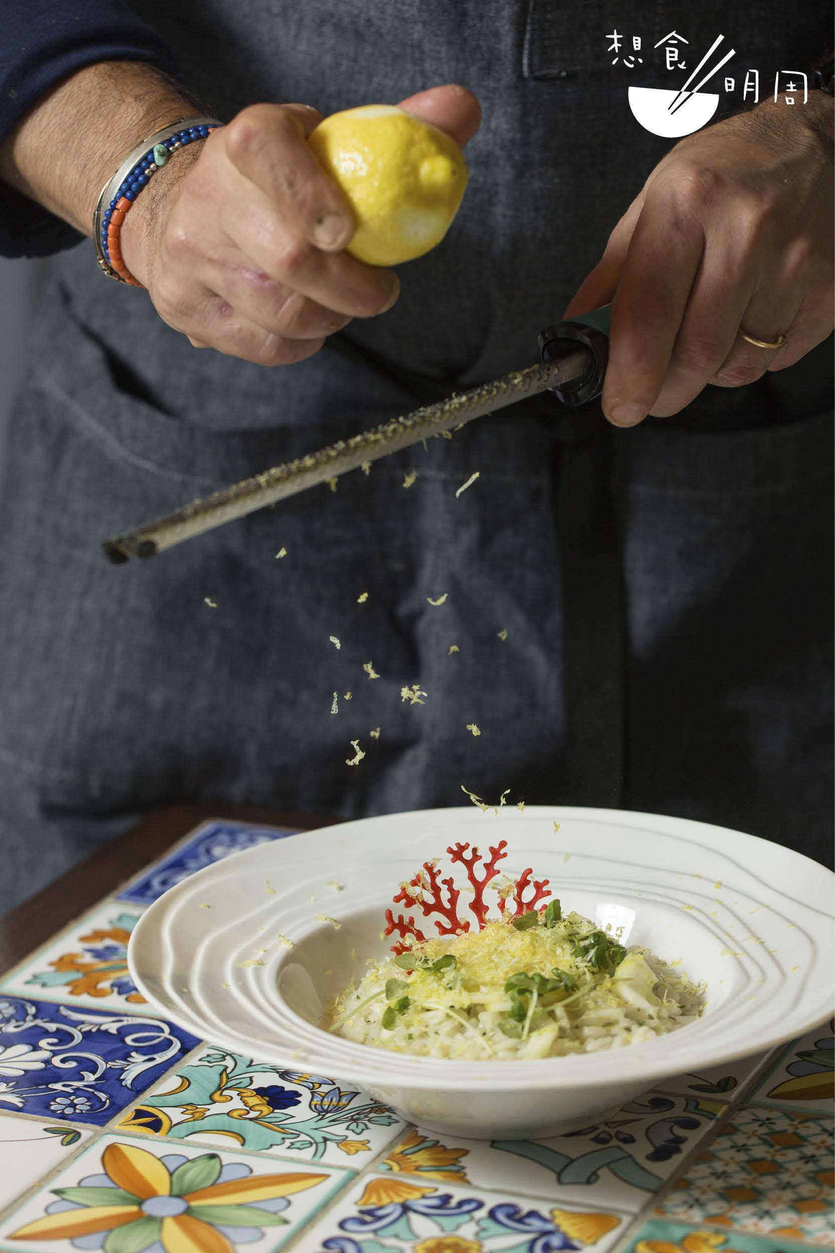 迷迭香意大利飯配香烤阿瑪菲檸檬 // 簡單調味的香草意大利飯卻是突顯阿瑪菲檸檬之原味的最佳方式。上桌前再加入檸皮碎,以檸香為夏 日餐點帶來清新氣息。($188)