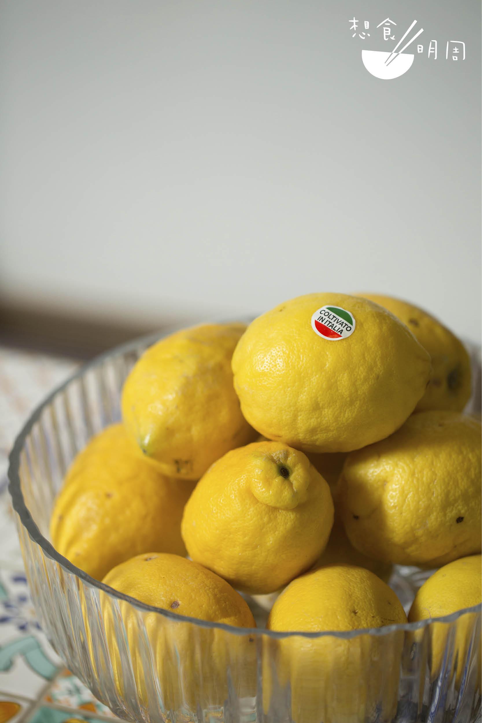 餐廳每星期從意大利南部入口十五至二十公斤檸檬,阿瑪菲(Amalfi) 或蘇連多(Sorrento,如圖)皆有, 兩者特性相近,都可以連皮食用。 行政總廚Sergio Landi指出,Sorrento 及Amalfi都屬於意大利南部海岸,而後者所產出的檸檬更為豐碩,惟天然產物總有不穩定性,餐廳惟有按市場上的供應入口。