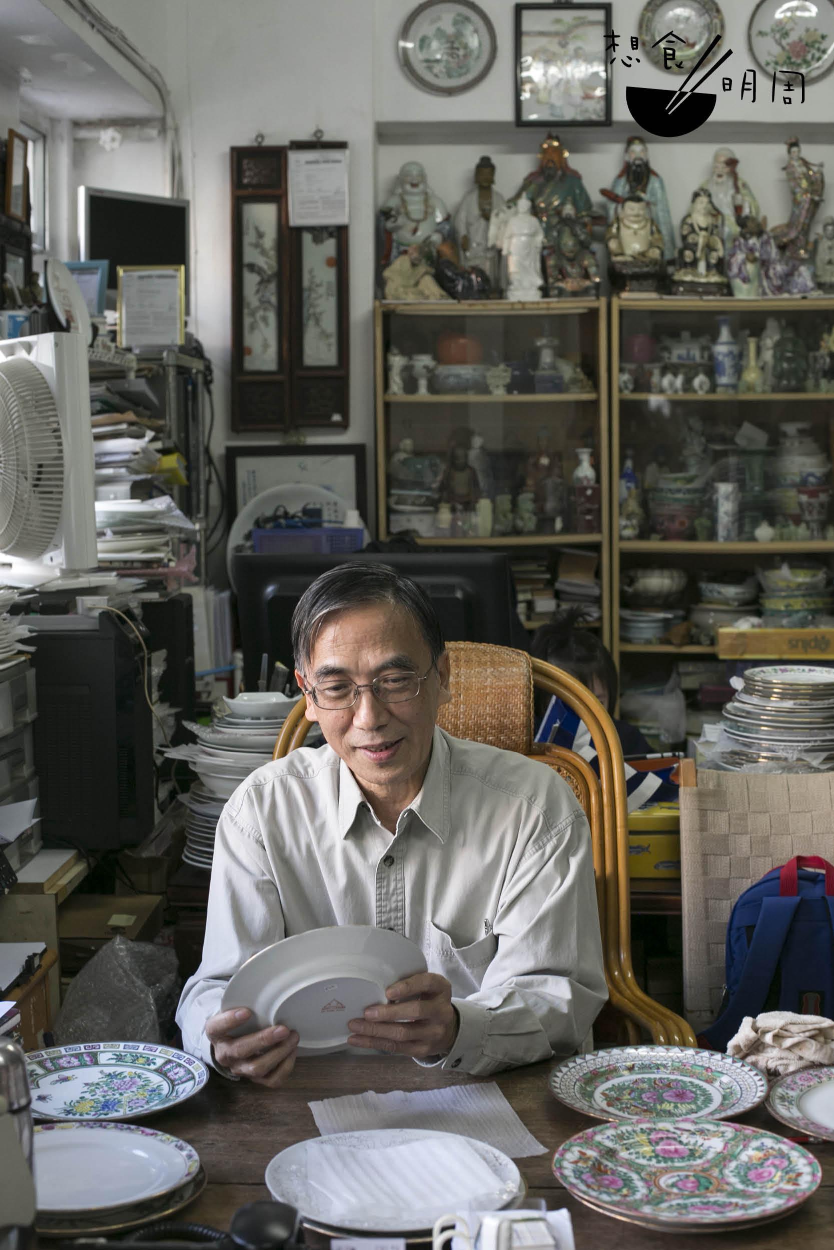 粵東磁廠第三代傳人曹志雄 在閒談之間,笑說自己近年 總在做文物修復,把廠內老 舊的器具,重新填上因時代 而脫落的花線紋飾,再等待 伯樂來購。
