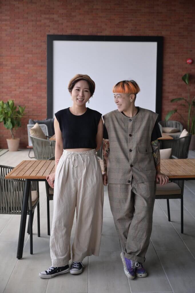 本地藝術家謝曬皮(左)及Zoie Lam(右)