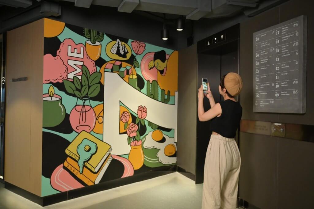 兩位藝術家的作品置於InnoCell不同角落,希望為居住者帶來舒適的創作和生活空間。